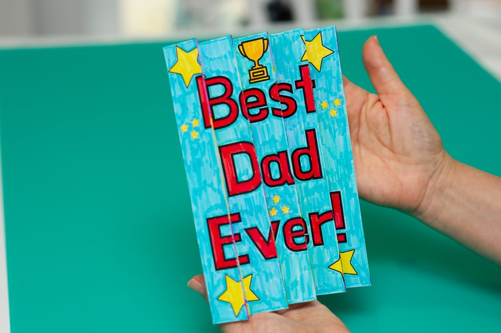 """View of Father's Day agomograph from one angle to reveal image and words, """"Best dad ever!"""""""